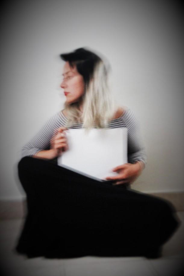 Donna con tela bianca.JPG